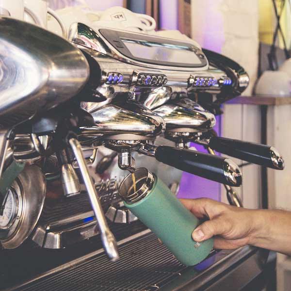 Retulp, groene thermosbeker, tumbler, kan gevuld worden onder espressoapparaat