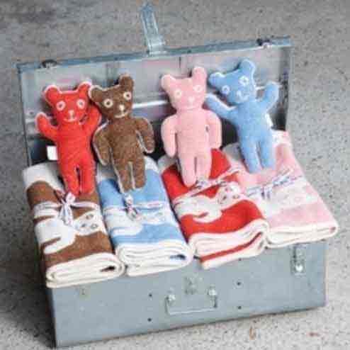 koffer met dekentjes met beertjes en knuffeldieren