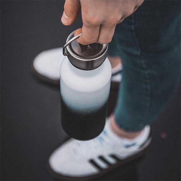 retulp rvs fles met dop en handvat, verloop van zwart naar wit,
