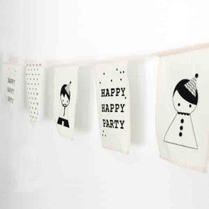 handgemaakte slinger happy party van sagstrom, ecru met zwarte print
